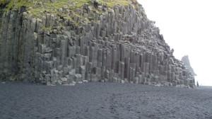 Scogliera di roccia basaltica sulla spiaggia vulcanica di Reynisfjara