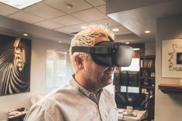 Viaggio virtuale con visore vr