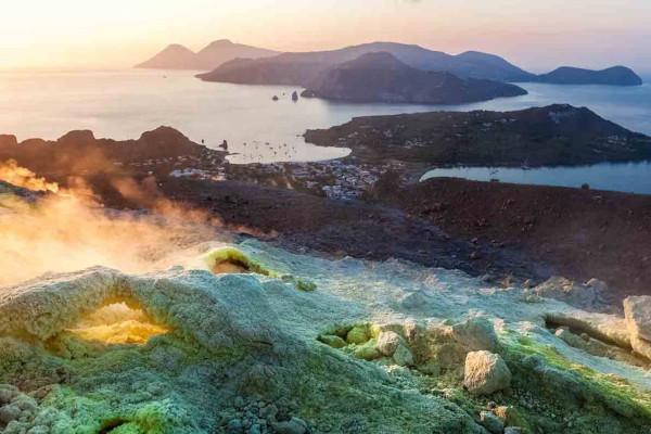 Vista dall'isola Vulcano al tramonto
